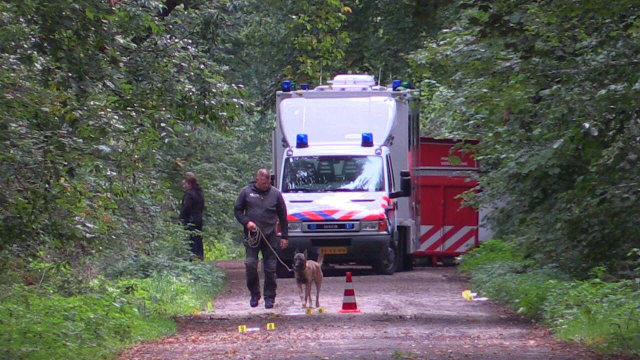 Politie zet speurhonden in op plek gevonden lichaam Enschede